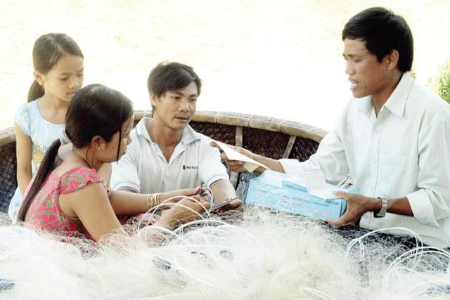 Cán bộ dân số huyện Vạn Ninh(Khánh Hòa) truyền thông, vận động người dân biển áp dụng các biện pháp tránh thai an toàn, không phân biệt con trai - con gái. Ảnh: Dương Ngọc