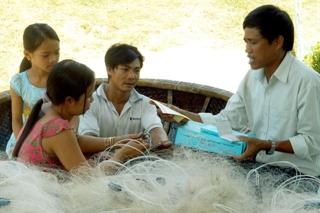 Cán bộ dân số huyện Vạn Ninh (Khánh Hòa) tư vấn các biện pháp tránh thai an toàn cho ngư dân. Ảnh: Dương Ngọc