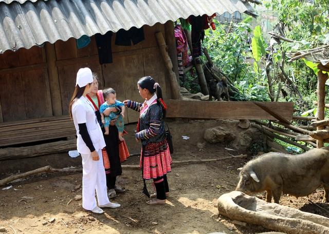 Cán bộ y tế cơ sở đang truyền thông kiến thức làm mẹ an toàn cho phụ nữ dân tộc. Ảnh: Dương Ngọc