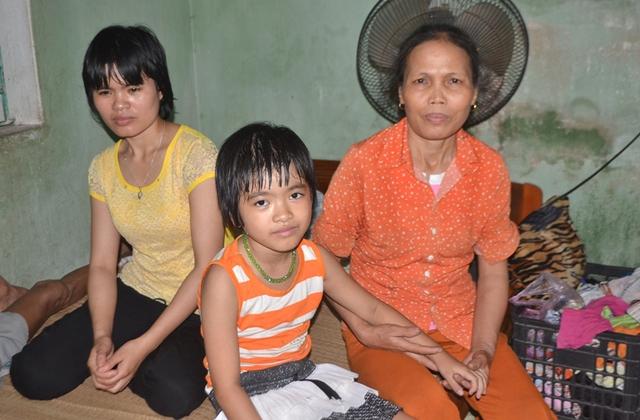 Cả gia đình chị Hào mong nhà chùa sớm trả lại cháu Thiện Nhân. Ảnh Đức Tùy