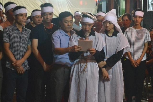 Gia đình, người thân tổ chức tang lễ cho các nạn nhân. Ảnh: Đ.Tùy