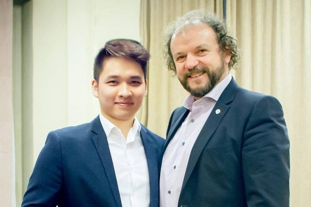 Ninh Đức Hoàng Long và người thầy tại Học viện âm nhạc Liszt Ferenc. ảnh: TL