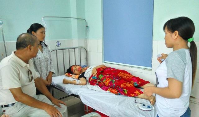 Em Ngô Thị Linh đang điều trị tại Bệnh viện Việt Tiệp. Ảnh: M.Lý