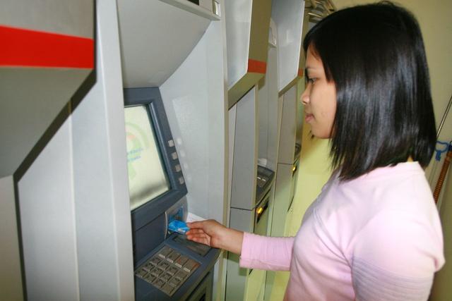 Giao dịch ATM - một trong những hoạt động cần được đảm bảo an toàn. Ảnh: Chí Cường