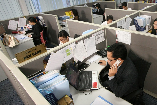 Nên vận động, tập thể dục giữa giờ khi ngồi làm việc nhiều với máy tính, điện thoại. Ảnh: Chí Cường