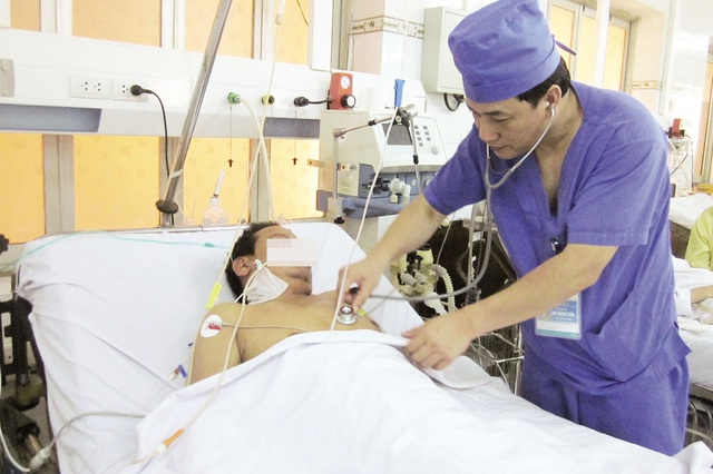 BS Bùi Thanh Tiến đang khám cho một bệnh nhân say nắng. Ảnh: H.M