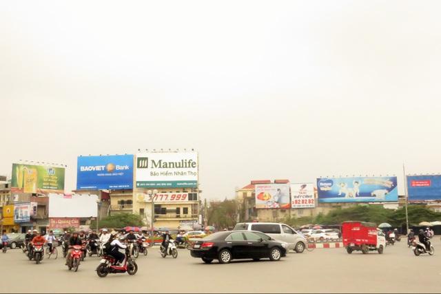 Khu vực ngã 5 mới của Hải Phòng với hàng chục biển quảng cáo bất chấp quy hoạch. Ảnh:Minh Lý