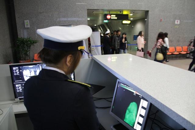 Sân bay quốc tế Đà Nẵng đã tổ chức giám sát, kiểm dịch y tế nhằm phát hiện sớm trường hợp hành khách nghi ngờ mắc bệnh như kiểm tra thân nhiệt từ xa. Ảnh: Đ.Hoàng