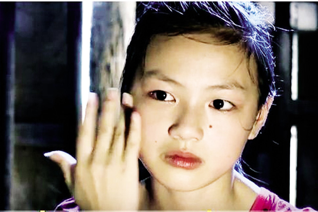 Câu chuyện đầy cảm động của cô học trò Kiều Anh đã lấy đi nước mắt của rất nhiều người (ảnh cắt từ clip của VTV).