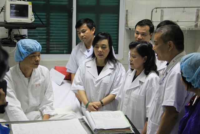 """Bộ trưởng Bộ Y tế Nguyễn Thị Kim Tiến và đại diện lãnh đạo Bộ Y tế thăm hỏi, động viên bệnh nhân được ghép gan trong ca ghép tạng """"xuyên Việt"""". Ảnh: Võ Thu"""