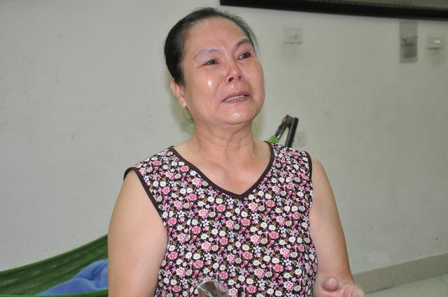 Bà Hòa bật khóc khi nói về nỗi khổ mà gia đình mình phải chịu đựng hơn chục năm qua.