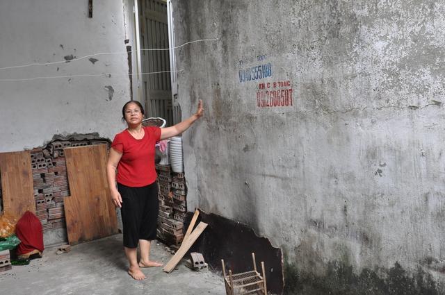 Bức tường do gia đình bà Hải xây dựng khiến hàng chục hộ dân khác không còn lối ra vào nhà. Ảnh:X.Thắng