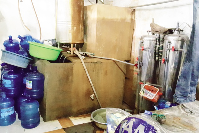 Nước giếng khoan sau khi lọc thô sơ được chủ cơ sở dùng để bơm vào bình nước tinh khiết. Ảnh: C.T