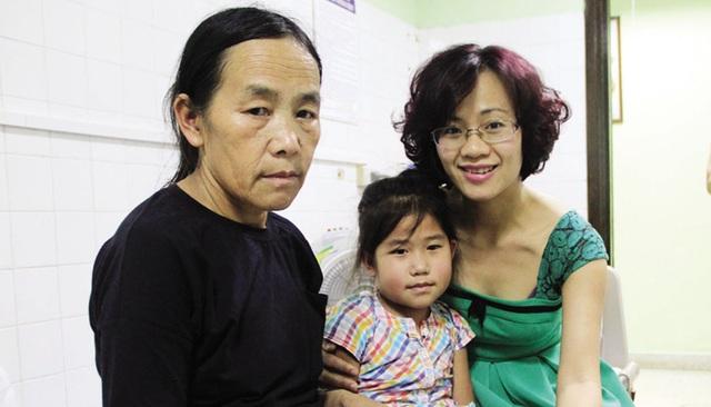 Nhà báo Nguyễn Thùy Linh (ảnh phải) Báo Điện tử VTC New trao tiền cho cháu Lúa.