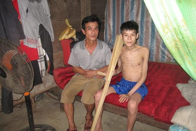 Cháu Tặng (bên phải) bị viêm tụy cấp nhưng không có tiền điều trị. Ảnh: Văn Lê