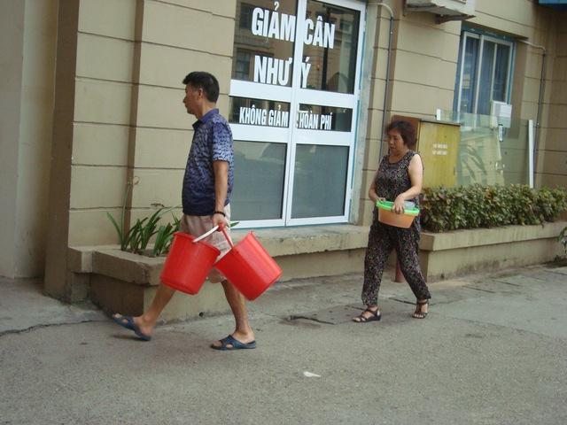 """Nhiều hộ dân tại khu đô thị Mễ Trì, Mỹ Đình khốn khổ xách xô, chậu để """"tìm"""" nước."""