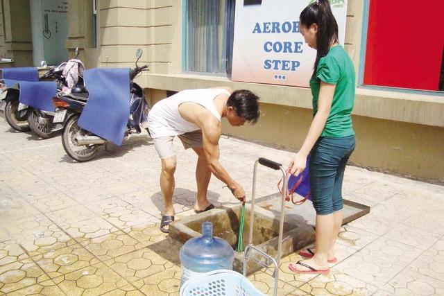 Mỗi khi mất nước sạch, người dân khu đô thị Mỹ Đình - Mễ Trì (Nam Từ Liêm, Hà Nội) lại phải lấy nước giếng khoan về dùng. Ảnh: Cao Tuân