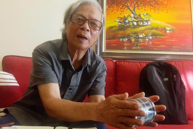Anh hùng LLVTND Nguyễn Tiến Thụ cho biết, quả bom bướm con của Pháp ngày trước chỉ to bằng cái cốc nhưng tính sát thương rất cao. Ảnh: Cao Tuân