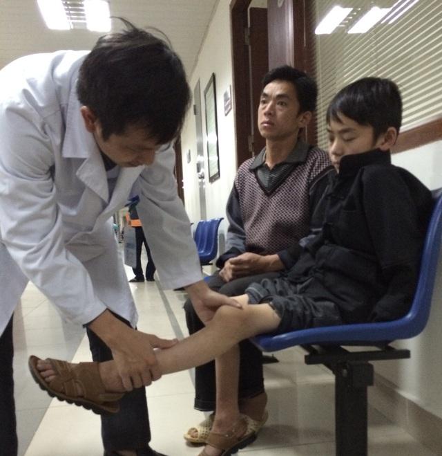 Bác sĩ Viện Huyết học và truyền máu Trung ương khám bước đầu cho bé Pó. Ảnh: Hà Dương