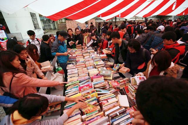 Chợ phiên sách cũ ngày 12/2015 đã thu hút khoảng 10.000 người đến tham dự. Ảnh: P. Trần