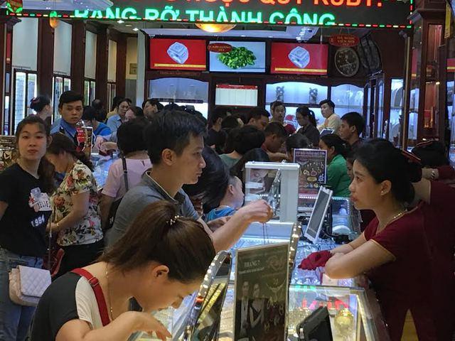 Người dân xếp hàng mua vàng tại Hà Nội ngày 6/7. Ảnh:VNN