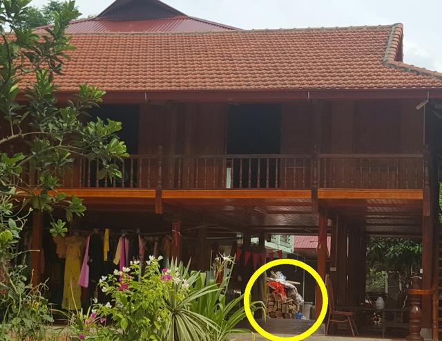 Một góc nhà gỗ ở Phú Thượng của ông Tiệu và còn rất nhiều gỗ nghiến ở dưới sàn nhà. Ảnh: P.B