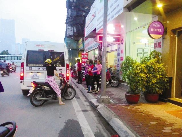 Nhà xe Hà Lan vô tư đón khách trước trụ sở văn phòng trên đường Nguyễn Chánh (Cầu Giấy – Hà Nội). Ảnh: T.G