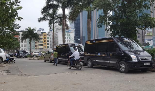 """Cổng sau siêu thị Big C Thăng Long trở thành """"bến cóc"""" quen thuộc của những chiếc xe Limousine. Ảnh: PV"""