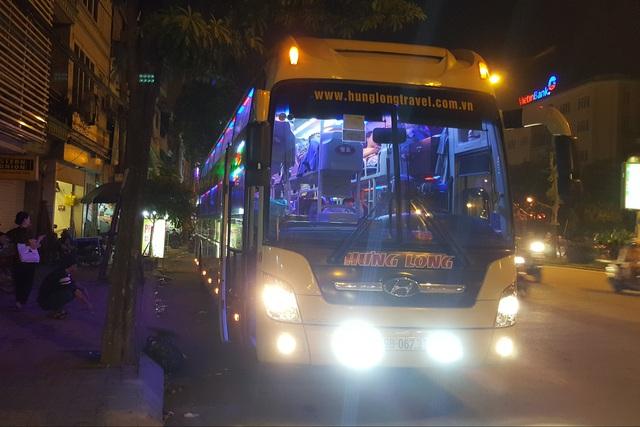Xe giường nằm mang BKS 29B – 067.31 dừng, đỗ tại trụ sở văn phòng Công ty Hưng Long trên đường Trần Khát Chân để chờ khách. (Ảnh chụp lúc 20h30 tối 14/9). Ảnh: PV