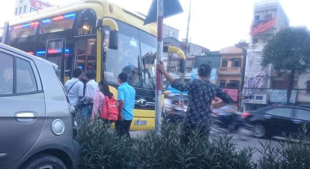 """Xe giường nằm của nhà xe H.T đón khách tại """"bến cóc"""" trên đường Trần Khát Chân. Ảnh:PV"""
