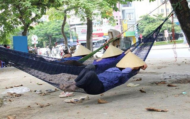 Giấc ngủ trưa vội vàng ngay bên vỉa hè để tiếp tục chờ đợi công việc vào buổi chiều