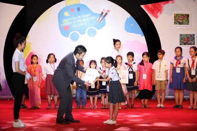 Đại diện của đơn vị phối hợp với Bộ GĐ&ĐT, Công ty ô tô Toyota Việt Nam (TMV) trao giải cho các em.