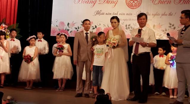 Đám cưới được chính Viện trưởng Viện Huyết học và Truyền máu TƯ Nguyễn Anh Trí làm chủ hôn. Ảnh PT