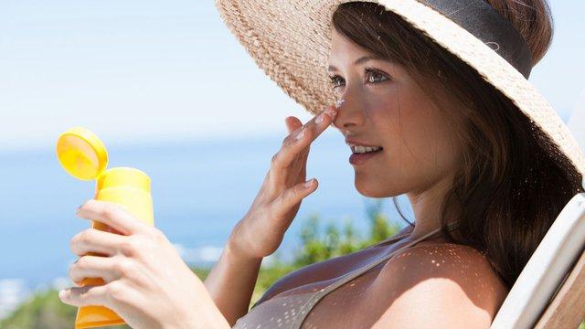Kem chống nắng được coi là một trong những sản phẩm cần thiết trong mỗi chuyến đi du lịch biển. Ảnh: Internet