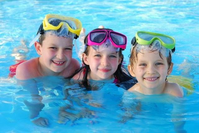 Các chuyên gia khuyến cáo, không nên cho trẻ đi bơi khi còn quá no hoặc lúc trẻ đang đói. Ảnh minh họa