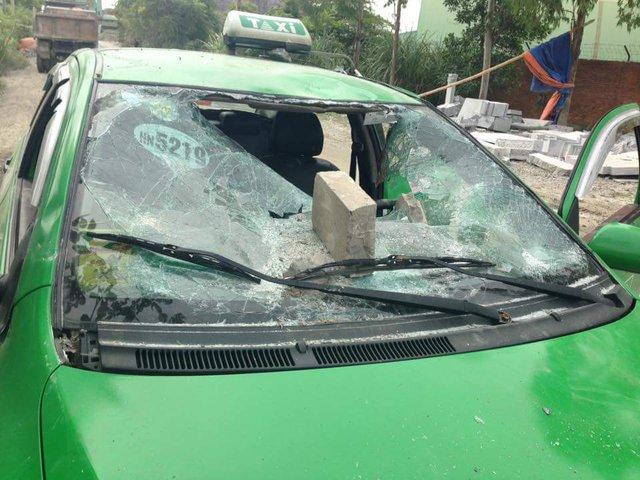Chiếc xe taxi hãng Mai Linh bị người dân phá nát.