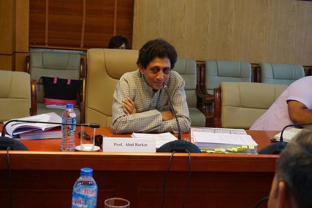 GS.TS Abul Barkat thay mặt nhóm nghiên cứu trình bày khá chi tiết các kết quả nghiên cứu về dịch vụ KHHGĐ tại Việt Nam. Ảnh: N.Mai