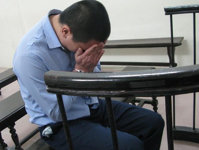 Đồng ôm mặt khóc, ân hận vì hành vi đã gây ra với người cha đẻ của mình. Ảnh: Văn Tuấn