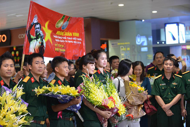 Nhiều đồng đội của anh cũng có mặt từ rất sớm tại sân bay.