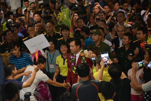 Hàng nghìn khán giả vây quanh xạ thủ Hoàng Xuân Vinh. Anh là niềm tự hào của thể thao Việt Nam.