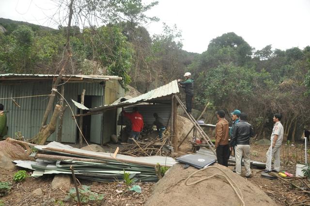 Lực lượng chức năng phá lán trại mà các công nhân lập nên trong rừng Sơn Trà.