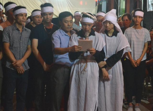 Cháu Trần Văn Dương, thay mặt gia đình đọc lời cảm ơn trong sự xúc động và xót thương. Ảnh: Đ.Tuỳ