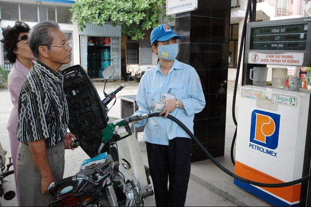 Người tiêu dùng sắp được hưởng lợi nhờ sự có mặt của doanh nghiệp xăng dầu nước ngoài. Ảnh tư liệu