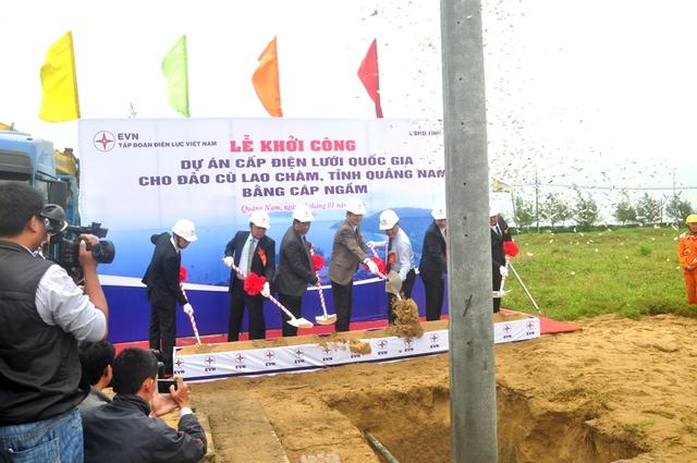 Các đại biểu thực hiện nghi thức khởi công dự án. Ảnh Đức Hoàng