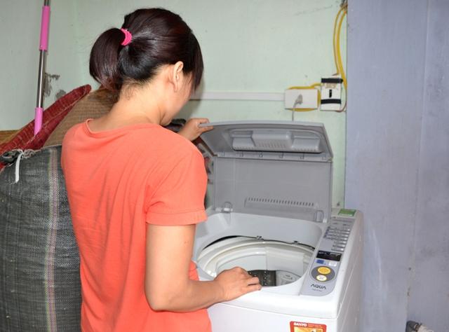 Chiếc quần của cháu H có mùi lạ đươc chị M (mẹ cháu H) phát hiện trong máy giặt gia đình. Ảnh: Đ.Tuỳ