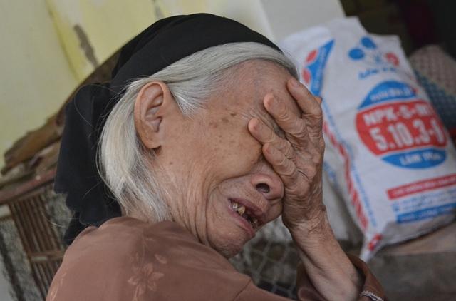 Bà Nguyễn Thị Tía ngóc ngất khi biết tin cháu mình gặp nạn. Ảnh: Đ.Tuỳ