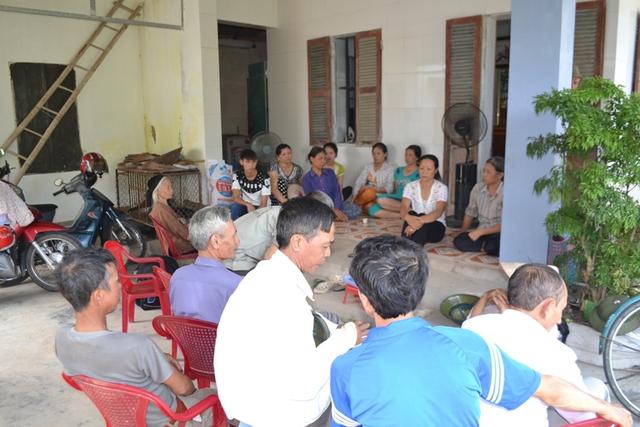 Rất đông họ hàng và hàng xóm đến hỏi thăm, động viên gia đình Thiếu tá Chu. Ảnh: Đ.Tuỳ