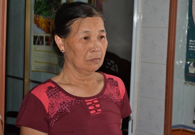 Mẹ Thiếu tá Chu không tin con mình đã gặp nạn. Ảnh: Đ.Tuỳ