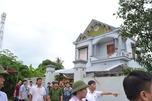 Ngay cổng gia đình nạn nhân, dày đặc lực lượng chức năng bảo vệ