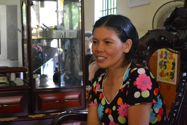 Chị Nguyễn Thị Sánh (mẹ bé Đức Anh) trò chuyện với PV Báo Gia đình & Xã hội. Ảnh: Đ.Tuỳ